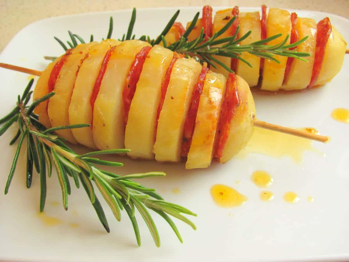 ricetta spiedini di patate con salsiccia piccante